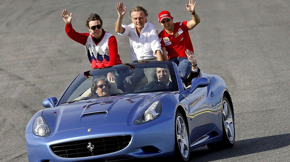 Rita Barberá junto a Fernando Alonso, Felipe Massa y Francisco Camps  aludan al público a bordo de un Ferrari California esta tarde en el Circuito Ricardo Tormo de Cheste (Valencia), durante las Finales Mundiales de Ferrari.