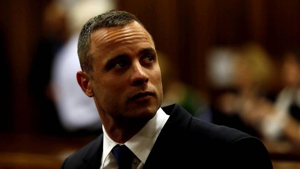 El atleta paralímpico sudafricano Oscar Pistorius asiste a una nueva sesión del juicio por el asesinato de su novia