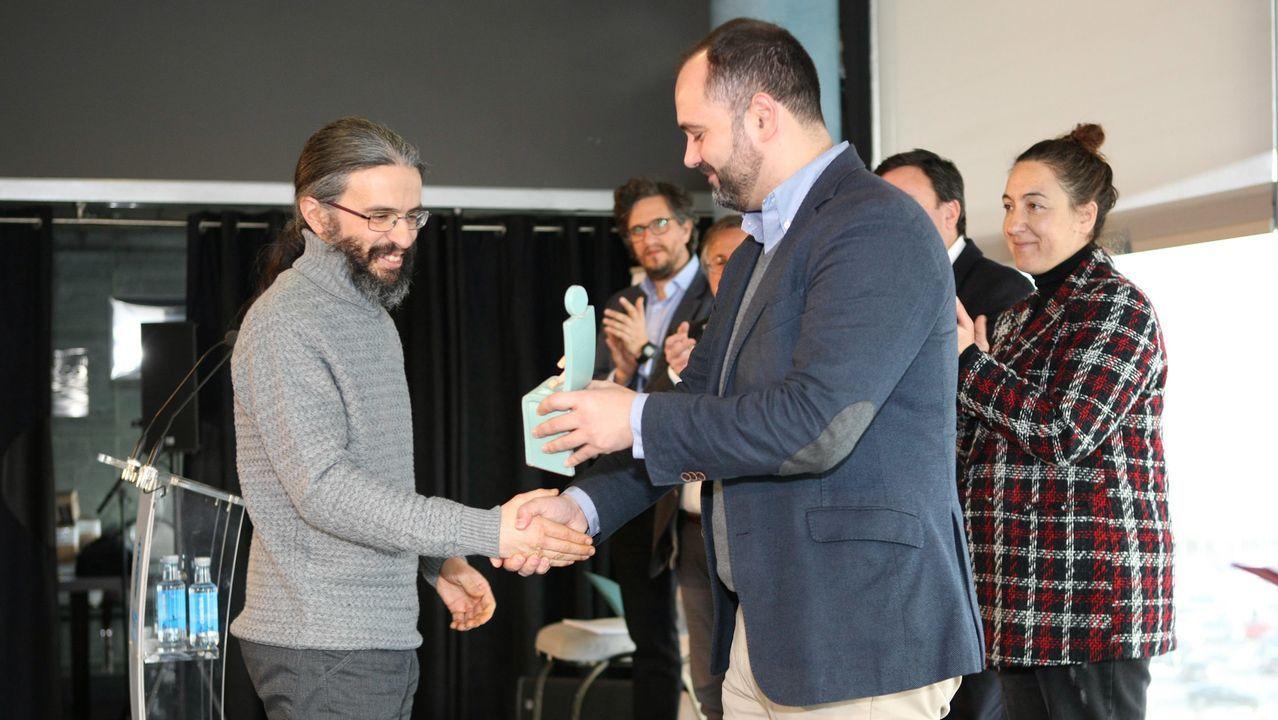 Fernando Castro Paredes, á esquerda, recibindo o Premio Rafael Dieste da Deputacion