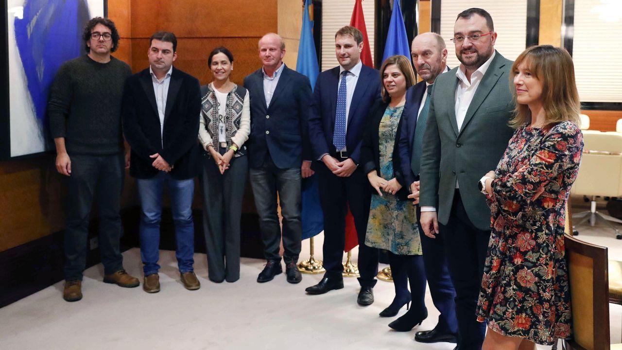 El presidente del Principado de Asturias, Adrián Barbón (2d), se reunió hoy con responsables de Foro en la ronda de contactos para elaborar los presupuestos regionales de 2020.