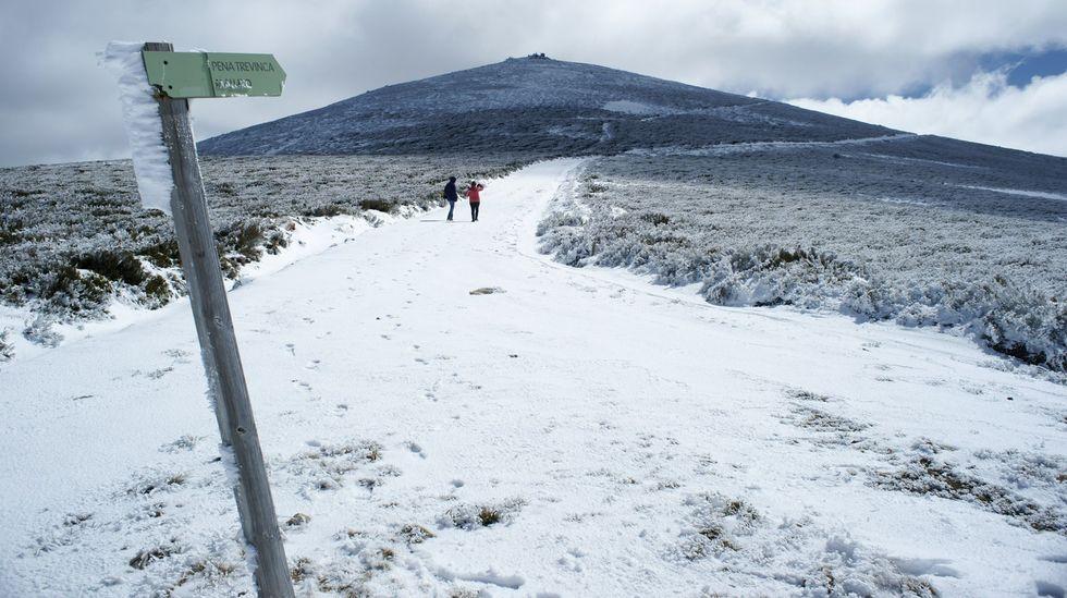 Así es el recorrido alternativo para acceder a la rúa Veiga en Corvillón..La nieve dificulta el tráfico en las carreteras de Valdeorras hacia Trevinca