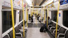 Imagen inusual de un convoy del metro de Londres prácticamente vacío