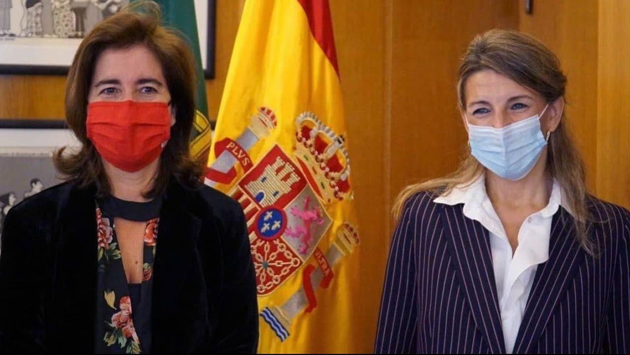 La ministra de Hacienda, María Jesús Montero, conversa con el vicepresidente segundo, Pablo Iglesias, en los pasillos del Congreso