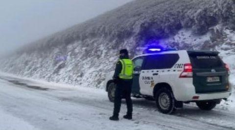 La Guardia Civil advierte a los conductores del corte de la carretera en Casaio