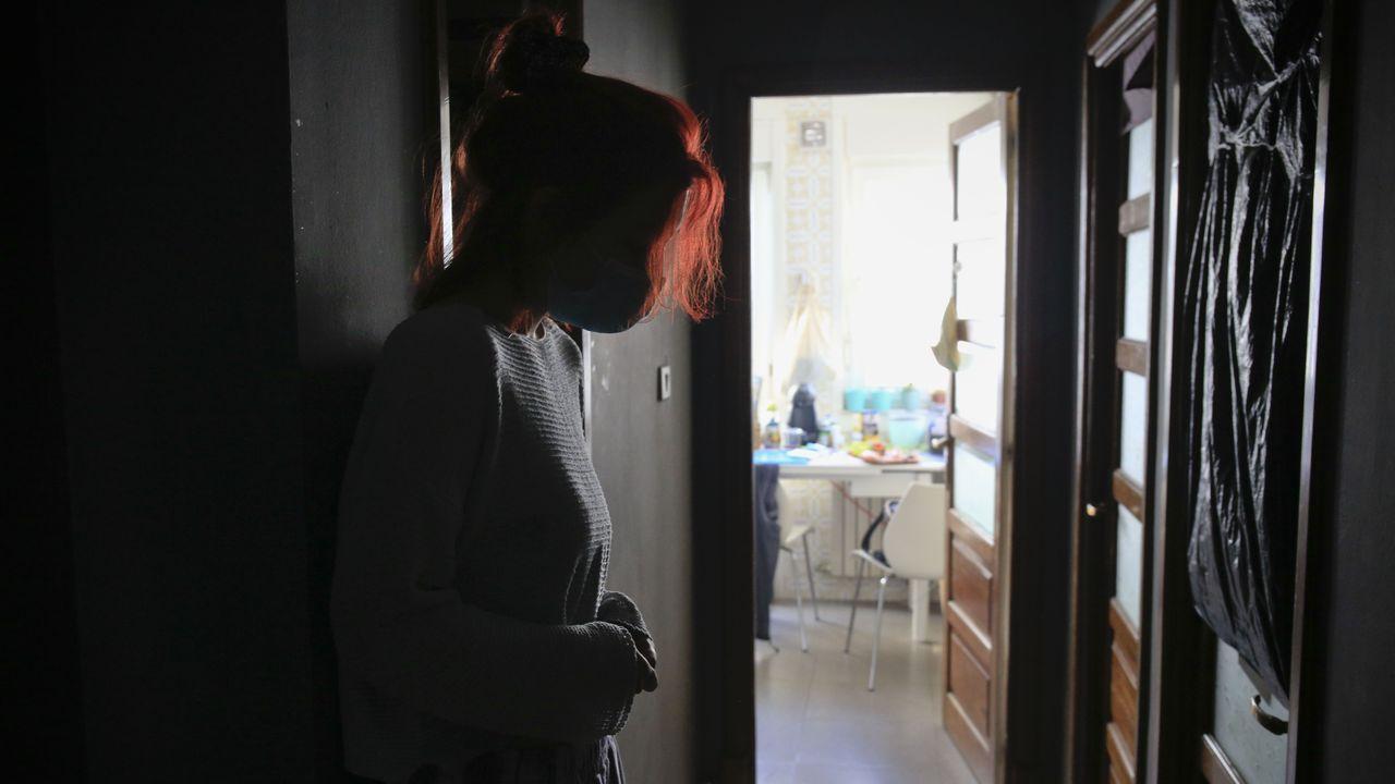 La joven, que prefiere no mostrar su rostro ni dar su nombre, en el piso del que será desahuciada
