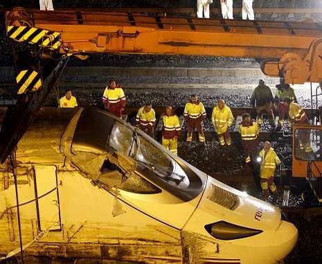 Todo sobre Sochi 2014.Operarios de Renfe y del ADIF trabajando en las vías tras el accidente del pasado 24 de julio.