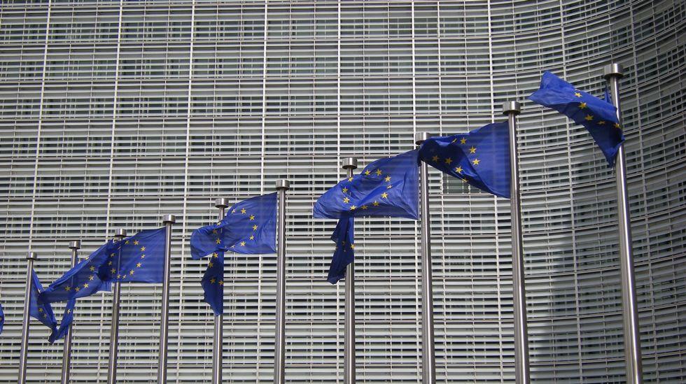 El vandalismo ultra de intensifica.Banderas delante de la sede de la Comisión Europea