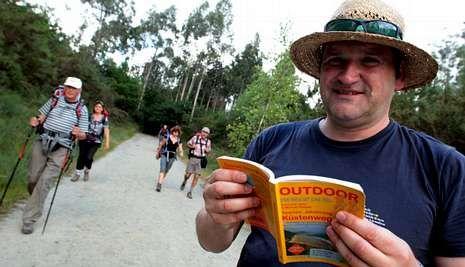 Raimund Joos en una de sus últimas experiencias en el Camino; sostiene una de sus guías.