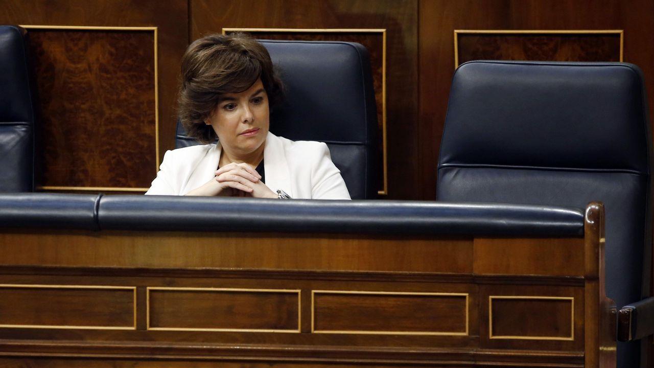 Así estuvo Soraya Sáenz de Santamaría durante la primera hora y media del debate en el día de hoy, sin Mariano Rajoy sentado a su lado.