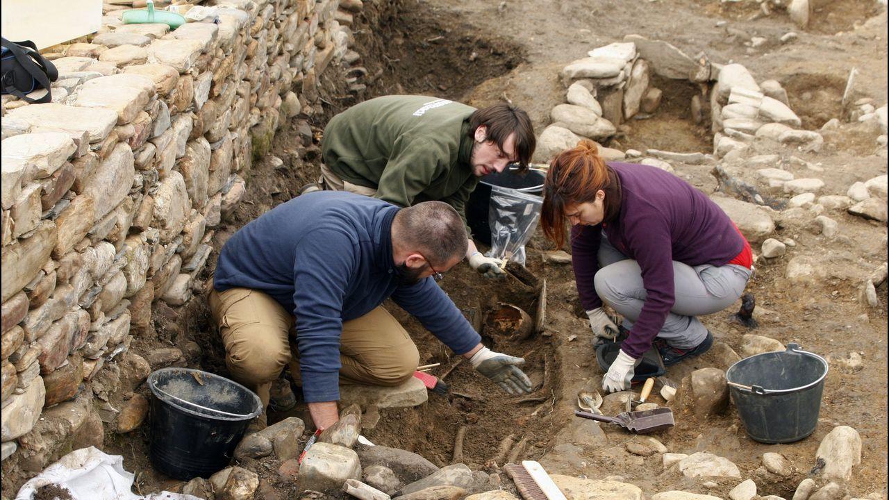 Un recorrido en imágenes por el camino de Cibrisqueiros a San Cosmede.Exhumación de la tumba de Atilano en la necrópolis del castro de Cereixa a finales del 2017