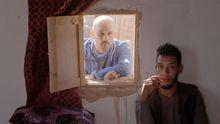 Eloy Domínguez Serén, cun dos protagonistas de «Hamada», nun intre da rodaxe