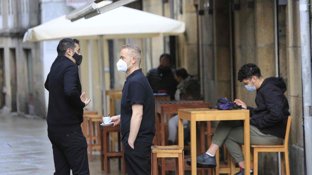 Primeros clientes en una terraza de Lugo