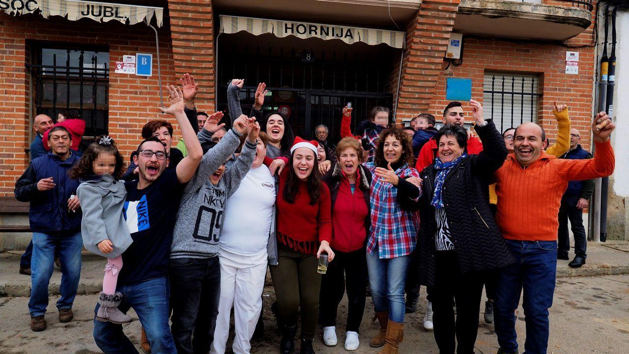 Vecinos de San Román de la Hornija (Valladolid) celebran los 2,4 millones de euros en premios del número 7.568, agraciado hoy con uno de los quintos