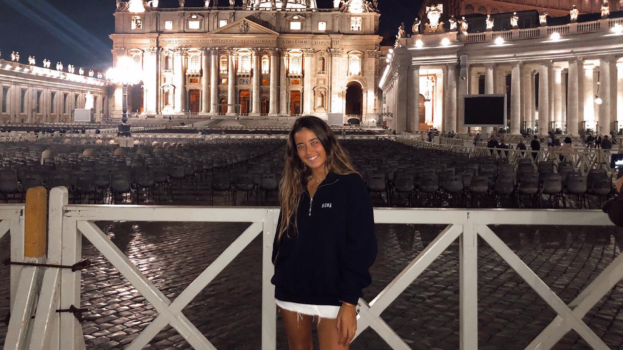 Candela Del Nero frente al Vaticano