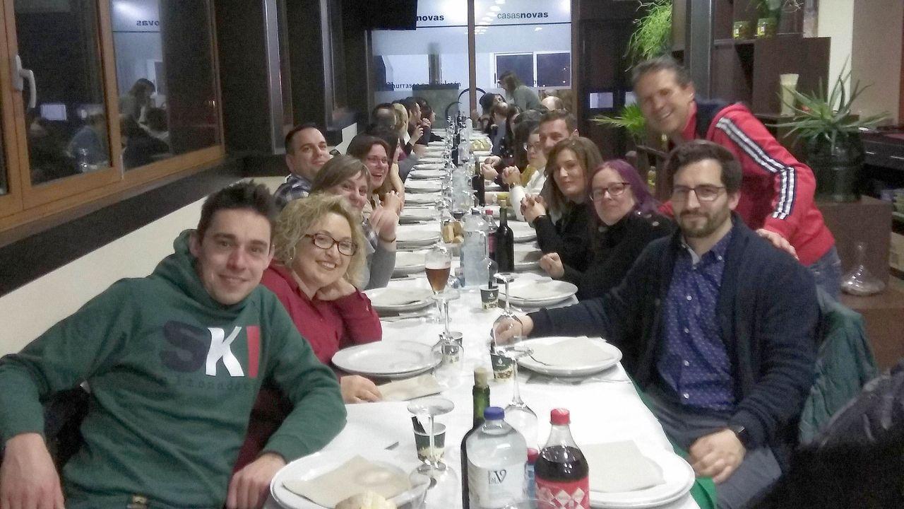 Estudiantes encargados de leer el fallo, junto al secretario xeral de Política Lingüística y el director del IES Rosalía de Castro