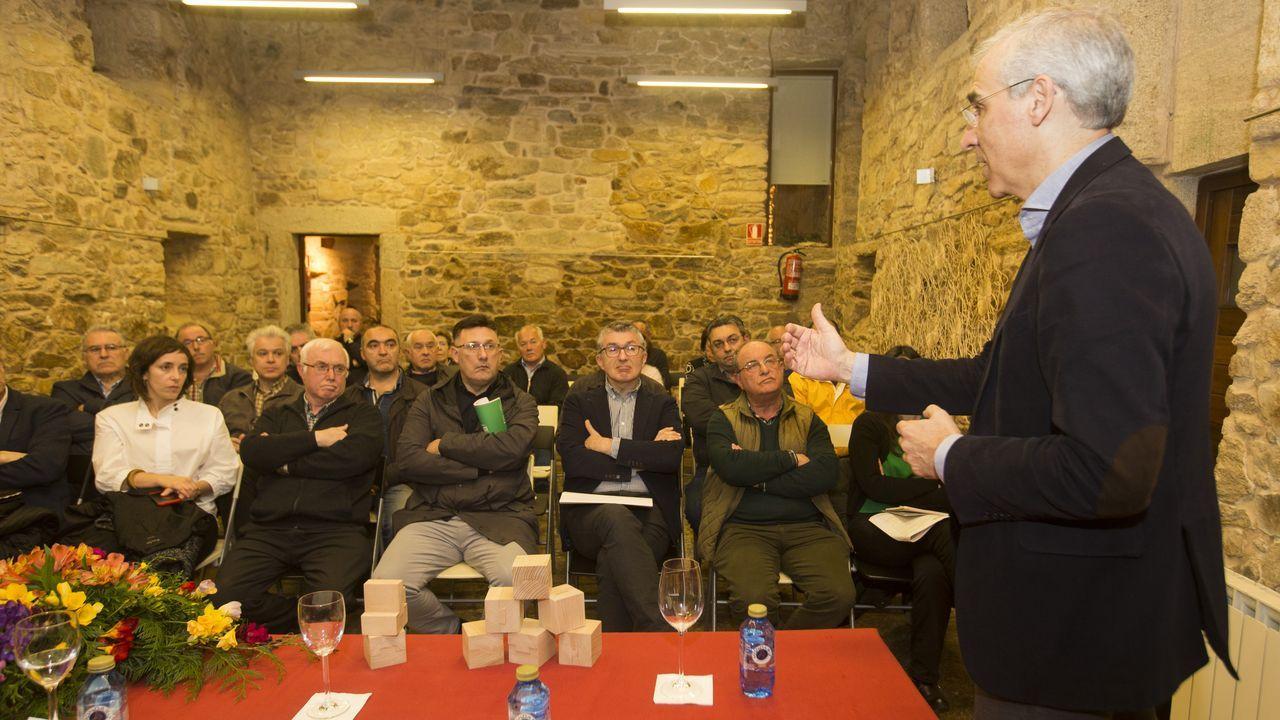 El conselleiro de Economía, Francisco Conde, mantuvo una reunión por videoconferencia para poner en marcha un proyecto que reciclará perchas de Adolfo Domínguez