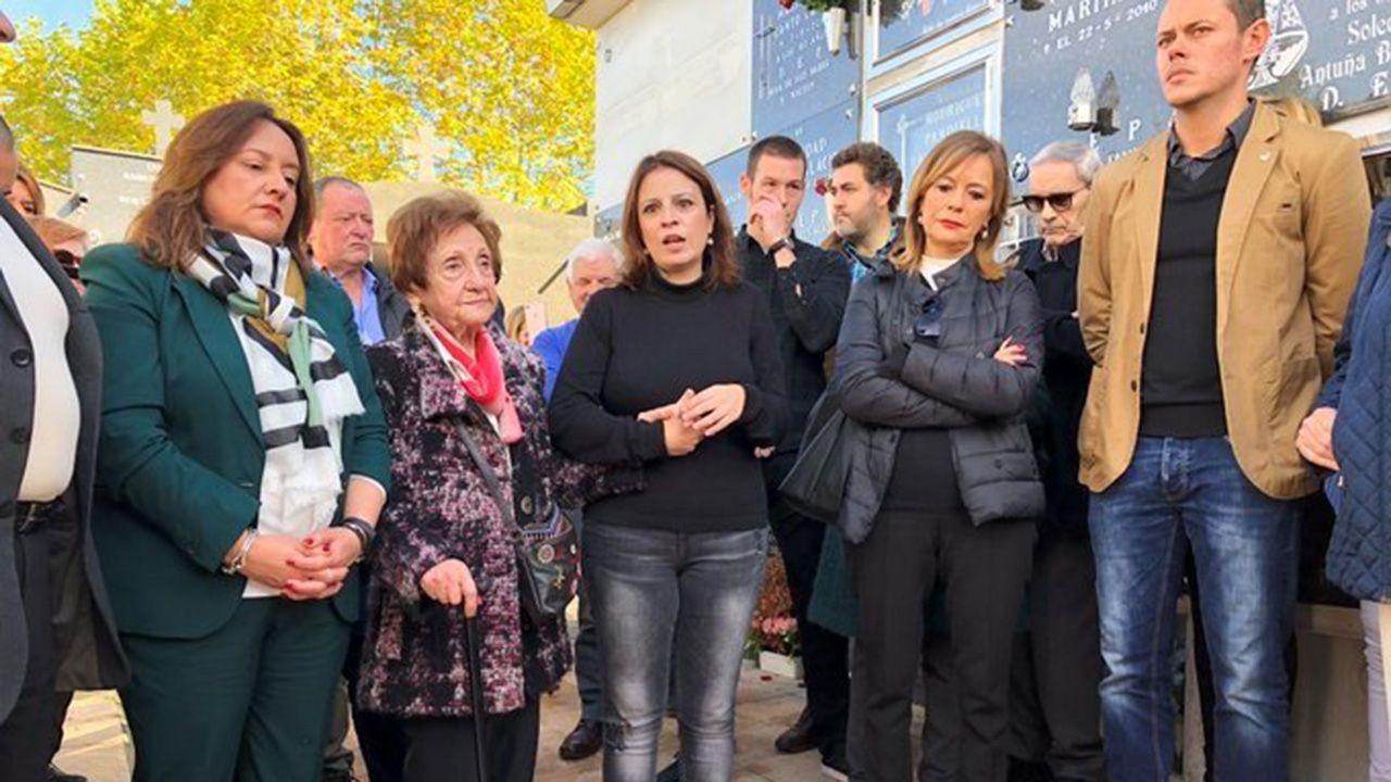 Cientos de personas acudieron a María Pita en defensa de la Constitución.Adriana Lastra, en el acto de homenaje