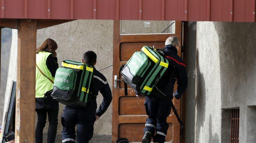 Dos bomberos transportan equipo médico al interior de un pabellón reconvertido en capilla ardiente en Seyne les Alpes