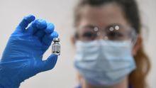 Sanitaria muestra un vial de la vacuna de Pfizer-BioNTech en el Guys Hospital de Londres