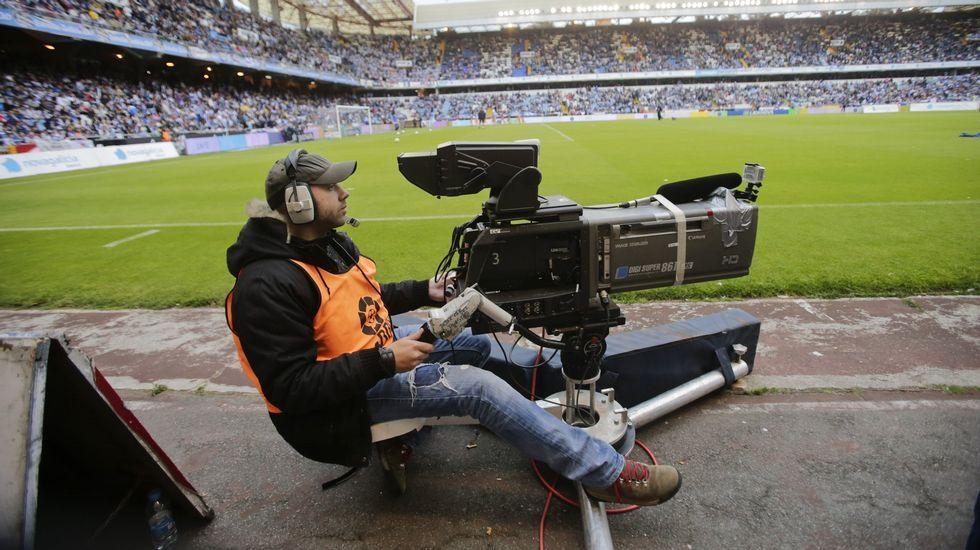 Un cámara de televisión toma imágenes durante un partido disputado en Riazor.