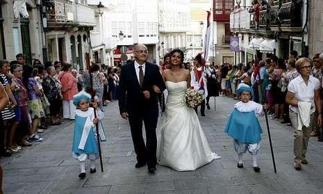 El pregonero y la reina de las fiestas, durante el desfile por las calles betanceiras.
