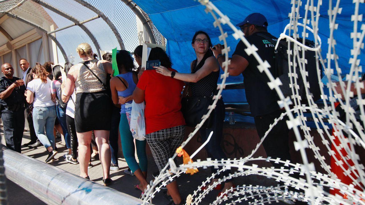 El senador Cory Bookery sus ayudantes acompañan a los migrantes que buscan pedir asilo en El Paso (Texas)