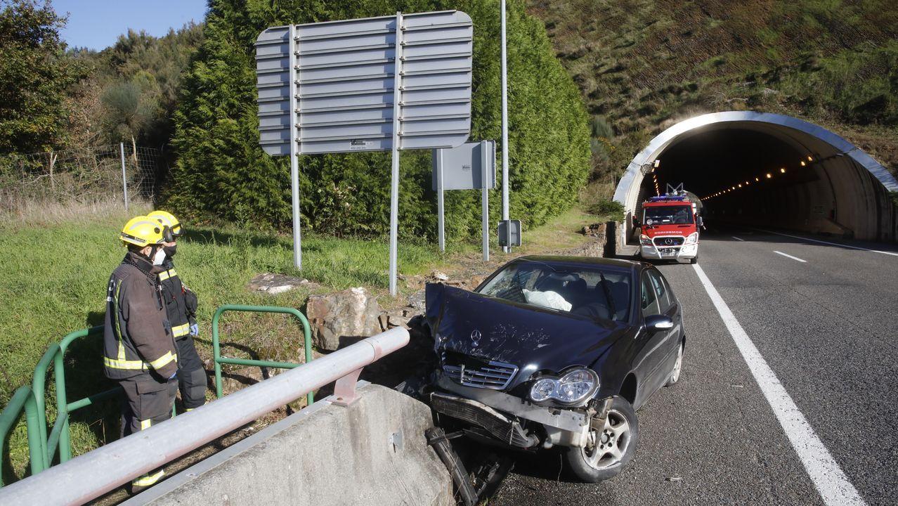 El turismo siniestrado, justo a la salida del túnel y comienzo del viaducto sobre el río Neira