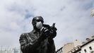La estatua de Federico García Lorca de la plaza de Santa Ana, en Madrid, cubierta con una mascarilla