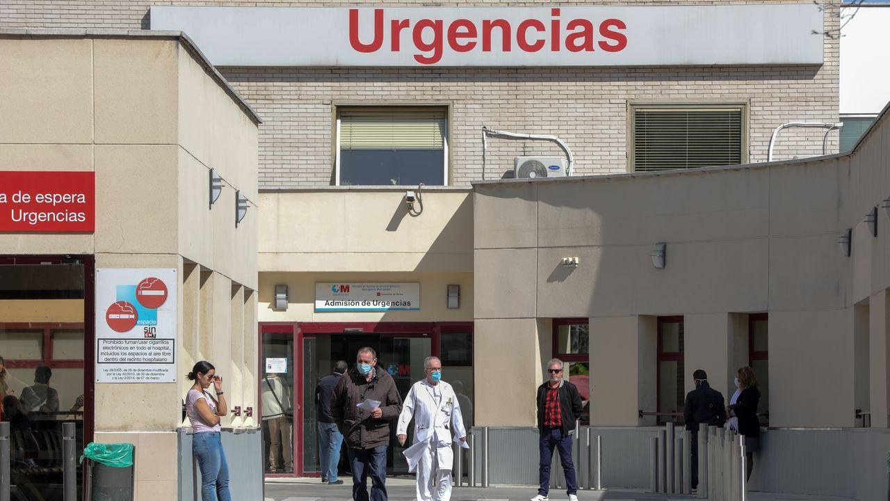 Gente protegida con mascarillas delante del hospital Gregorio Marañón