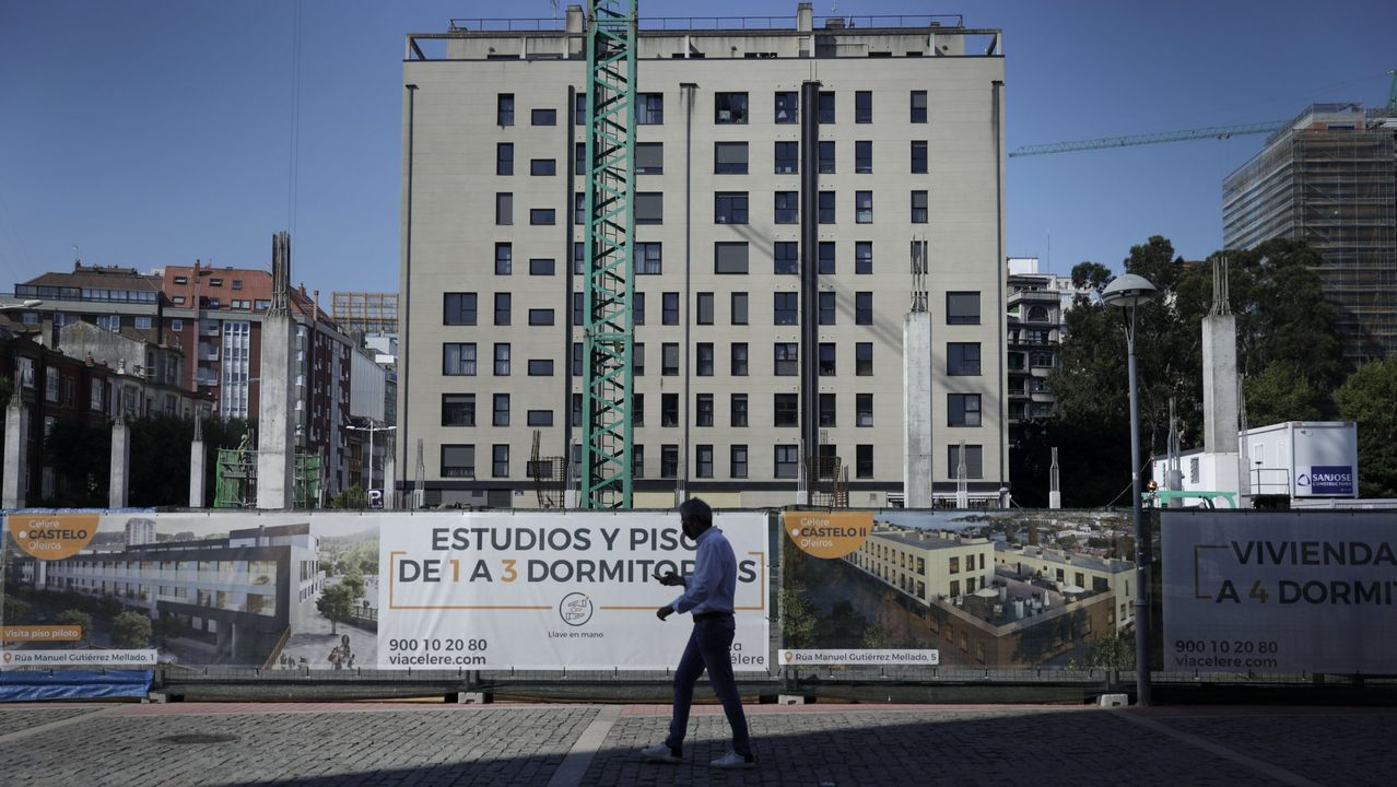 La hostelería baja la persiana a las seis.Obra de Vía Célere en plaza de Tabacos, Cuatro Caminos, en A Coruña. Imagen de archivo