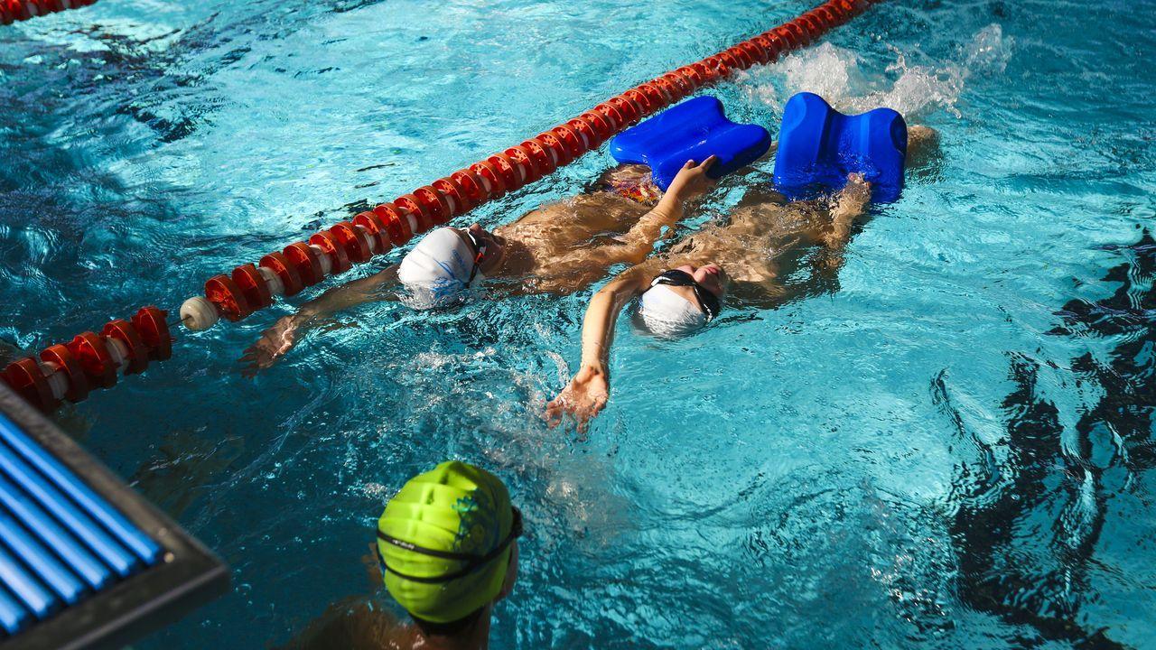Felipe y Silvano, en la remozada piscina de Batallones