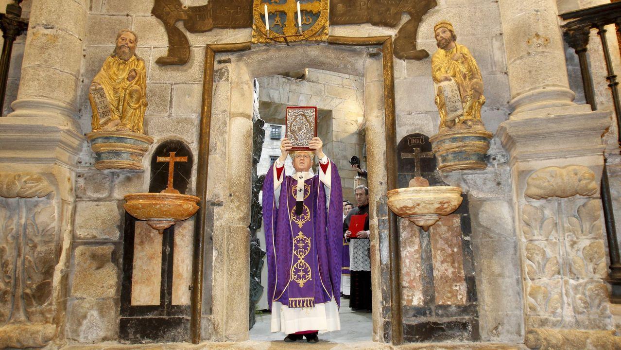 La apertura de la puerta santa de la catedral -en la imagen, abriéndose para el Jubileo de la Misericordia del 2015- es uno de los actos iniciales del Año Xacobeo