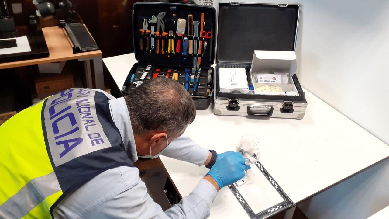 El uso de pincel para distinguir huellas u otros restos sigue resultando fundamental en cada inspección de la policía científica