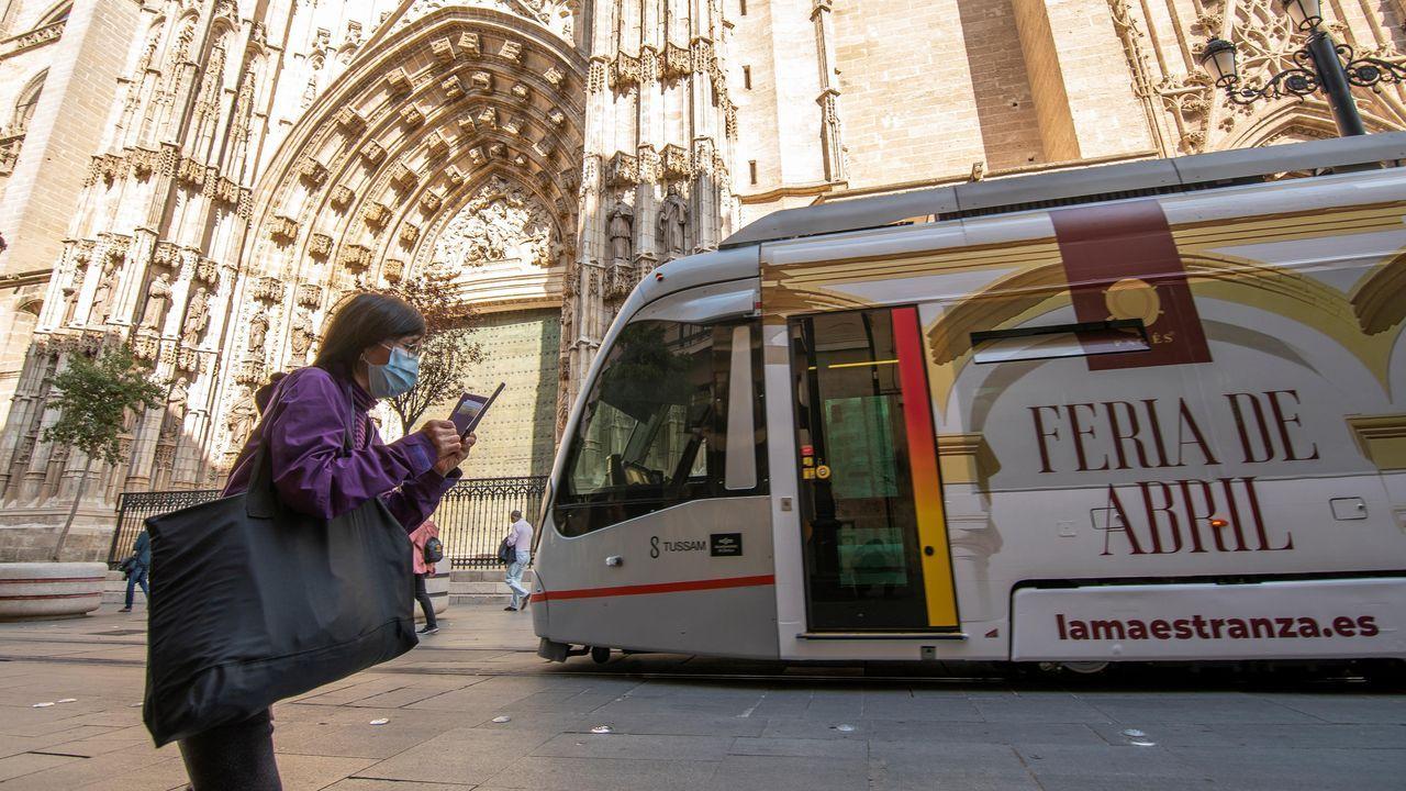 Turistas recorren con mascarilla las calles céntricas de Sevilla con motivo de la crisis del coronavirus
