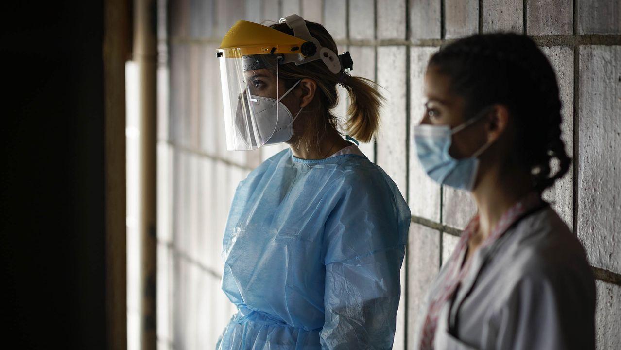 Dos sanitarias, a la espera de realizar pruebas PCR en Ourense