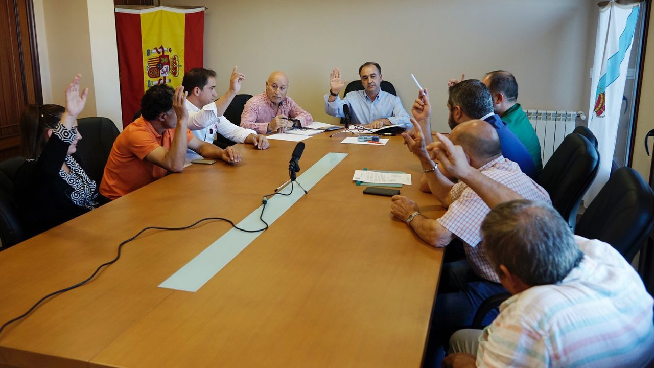 Pleno de elección del nuevo alcalde de San Amaro.En Ourense, Gonzalo Pérez Jácome (derecha) es el sucesor en el cargo de Jesús Vázquez (izquierda)