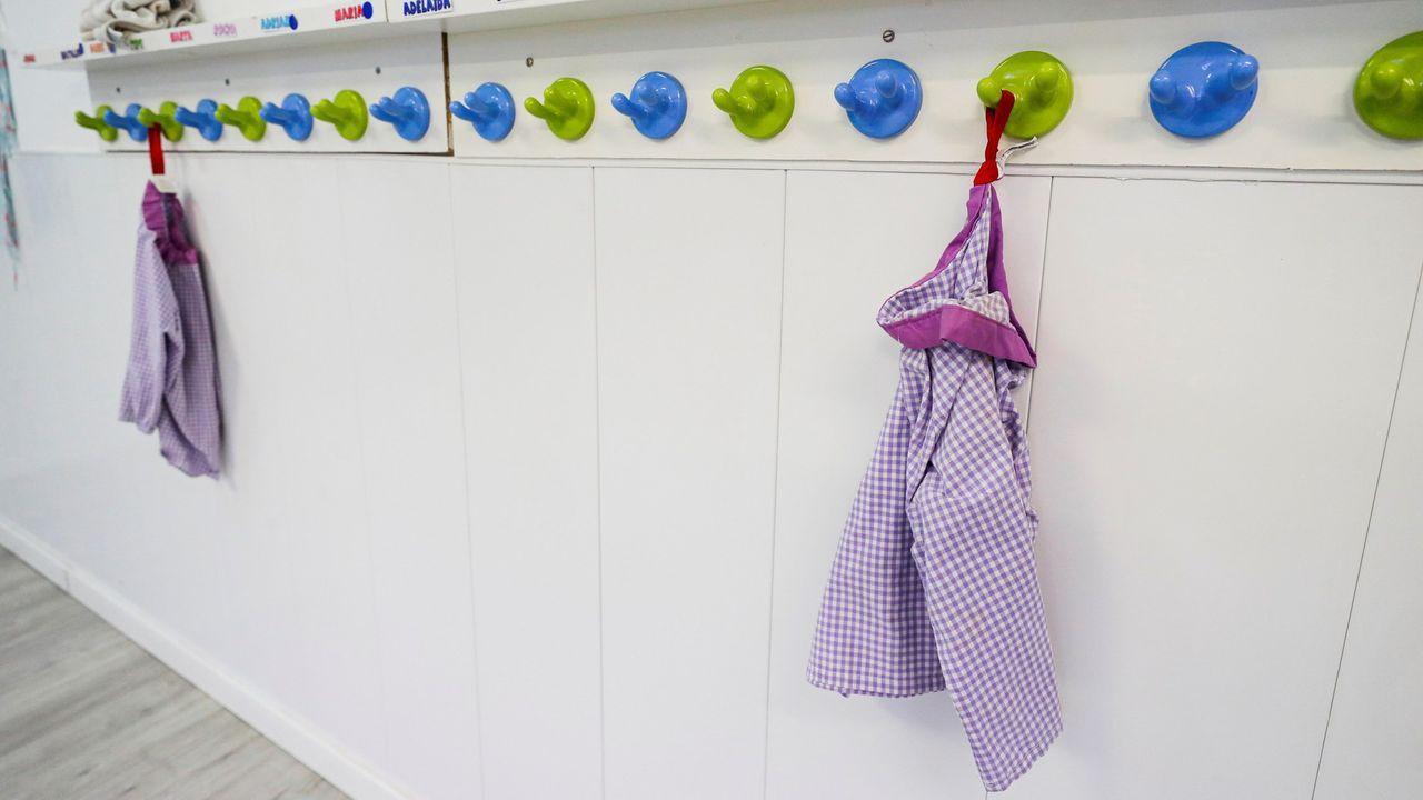 Mandilones colgados en una escuela infantil cerrada