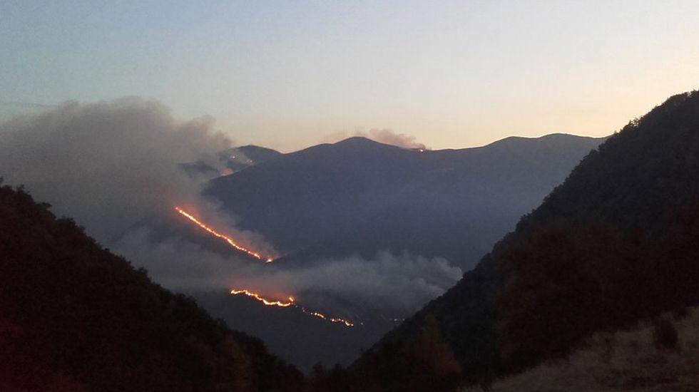 Frente de llamas del incendio de Degaña.Frente de llamas del incendio de Degaña