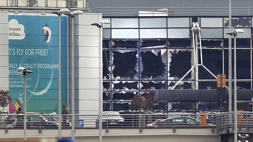 Evacuación de pasajeros tras las explosiones en el aeropuerto de Zaventem