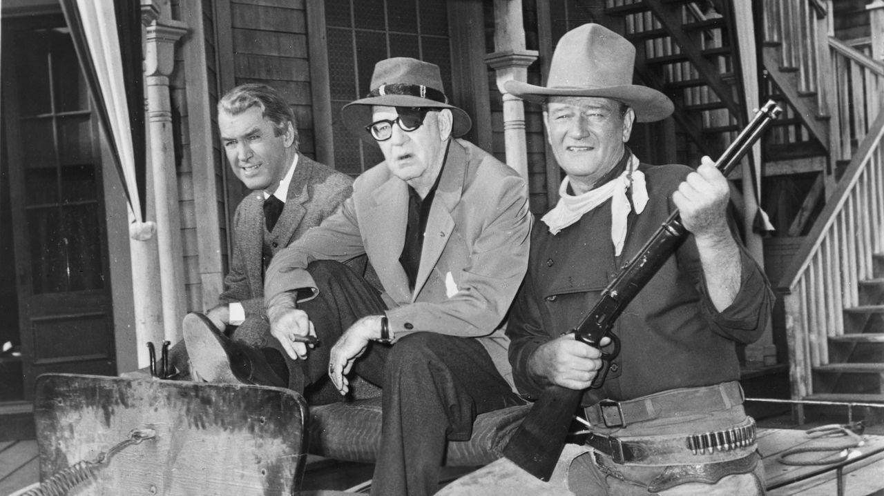 John Ford, entre las estrellas del filme, James Stewart y John Wayne