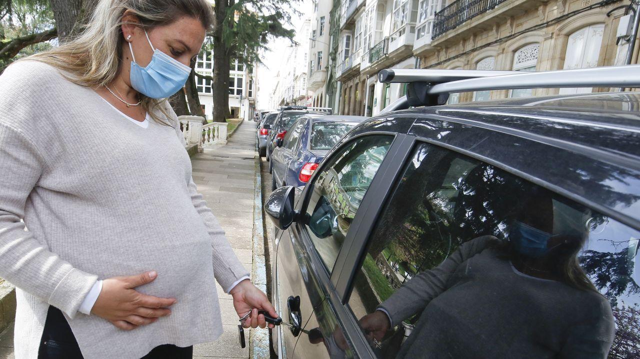 Una mujer en avanzado estado de gestación entra en su coche en una calle de Ferrol