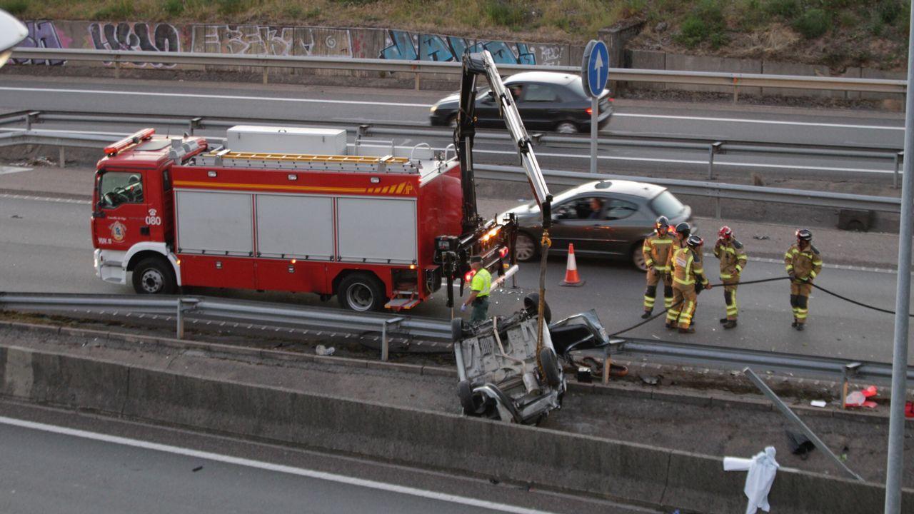 El coche accidentado en Teis quedó volcado sobre la mediana de la autopista