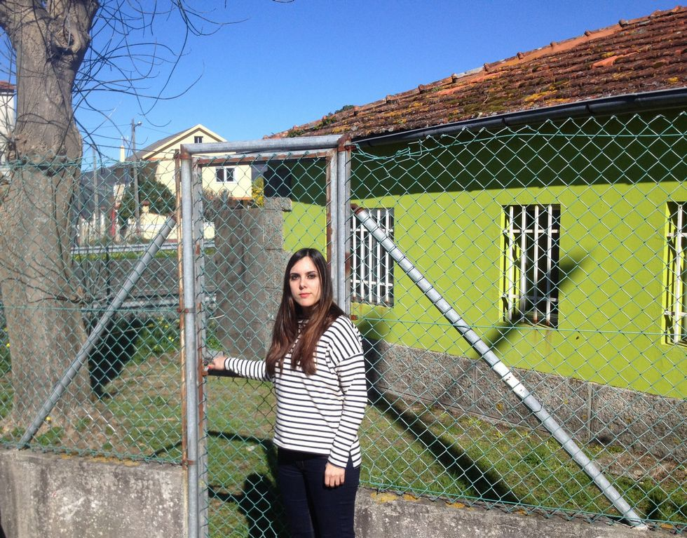 Una profesora delante del CEIP Igrexa de Chapela.