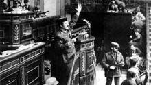 Antonio Tejero, pistola en mano, en la tribuna del Congreso de los Diputados