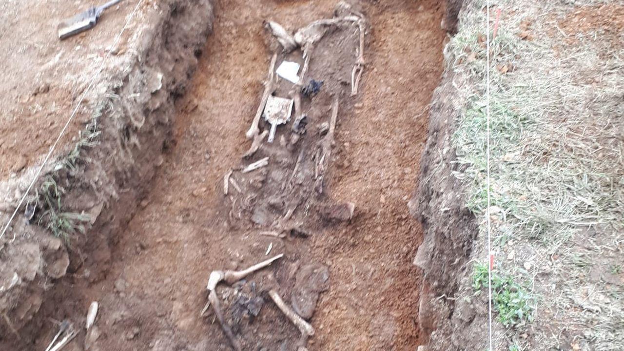Excavación de la fosa común de Parasimón