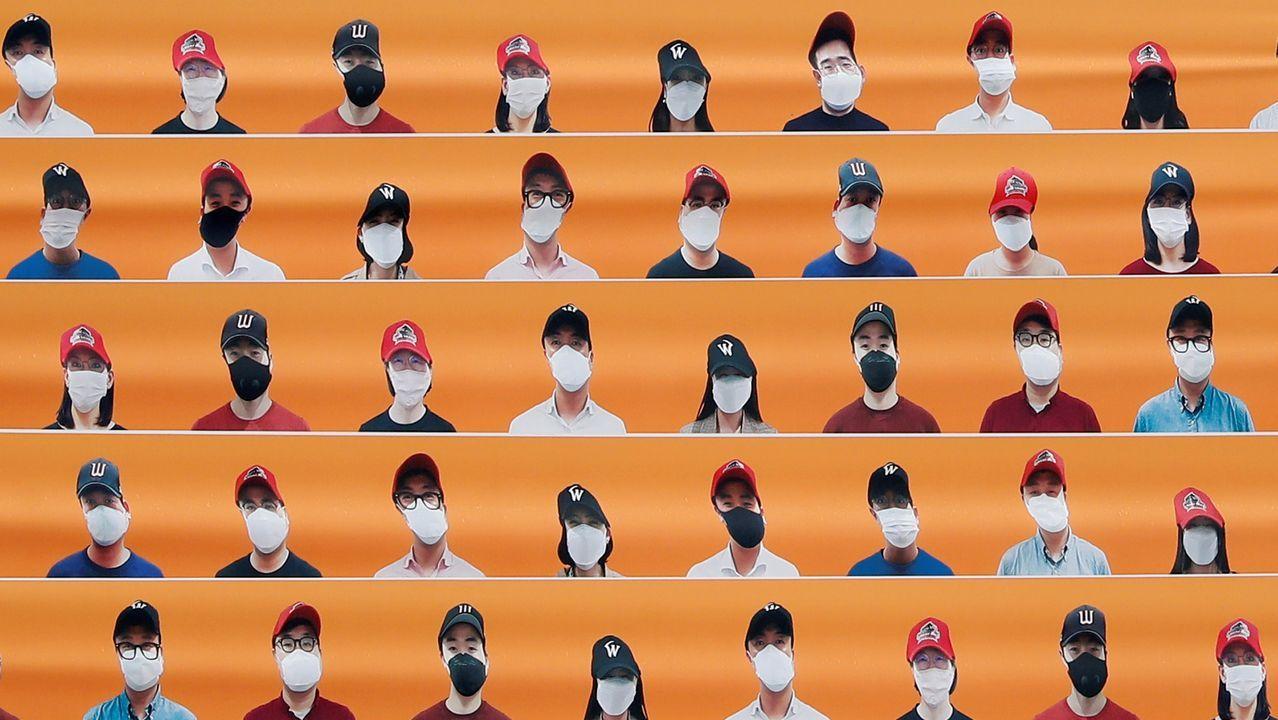 En Corea del Sur la liga de béisbol se ha puesto en marcha, pero a puerta cerrada. En las gradas, las lonas imitan al público