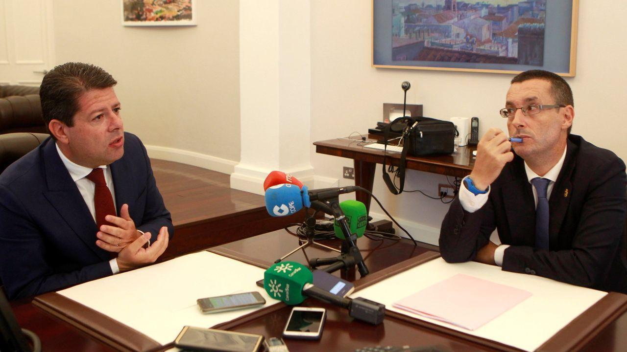 El superyate de la marca alemana atracado en Bouzas.Picardo y el alcalde de la Línea de la Concepción, durante una reunión para tratar temas relacionados con el «brexit»