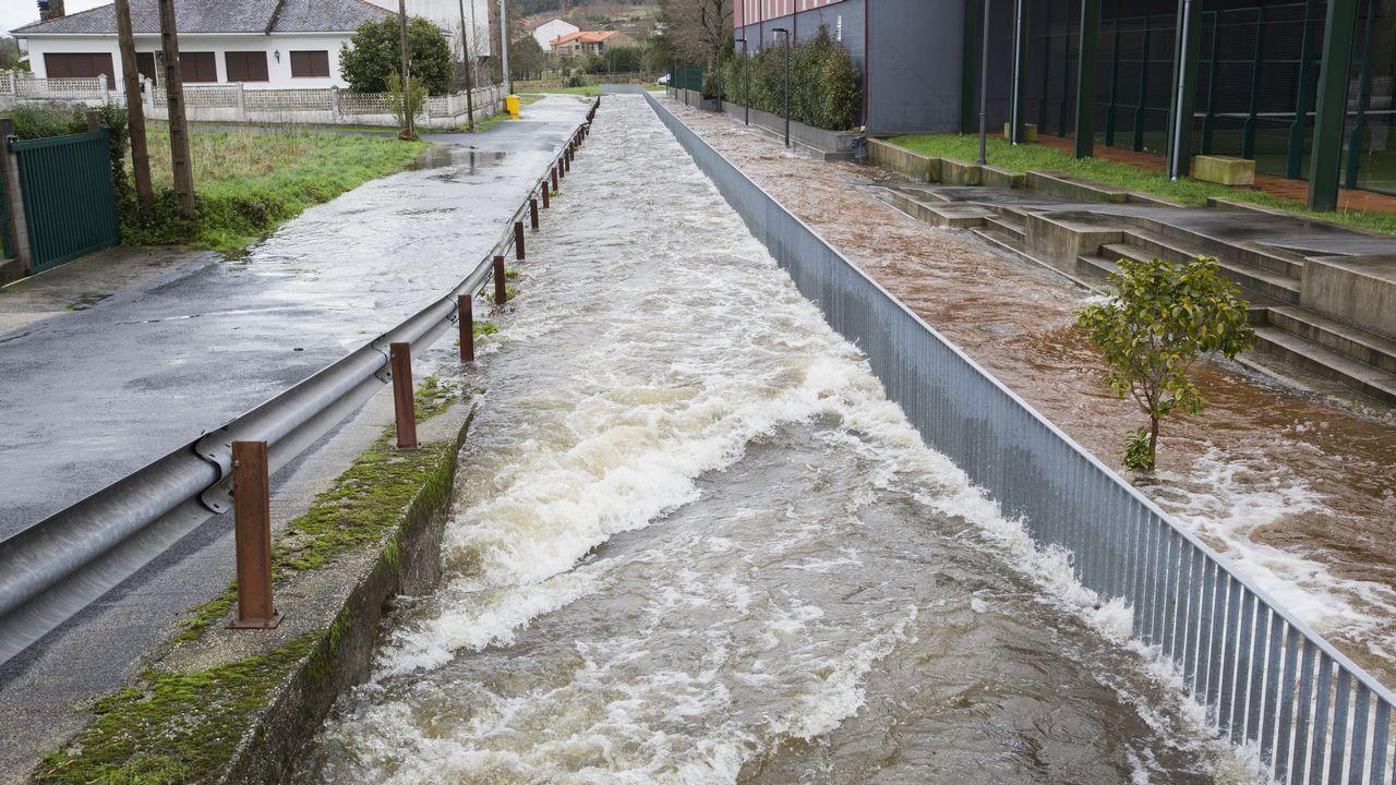 El temporal inunda Vimianzo y deja fuerte oleaje en la costa.Francisco Alcalde, presidente do Consello Regulador do Mexillón de Galicia