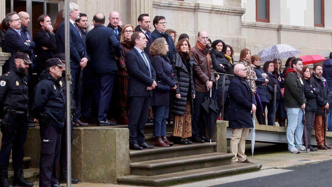Minuto de silencio a las puertas de la sede de la Xunta en Santiago para recordar a la lucense asesinada por su novio
