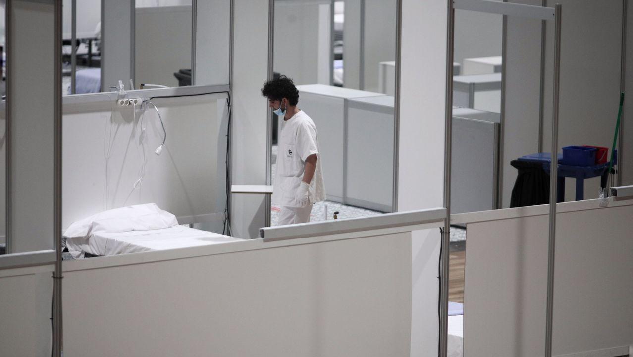 Un sanitario ante una cama vacía en Ifema, antes de su cierre